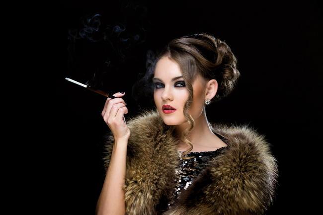 ブリティッシュ・アメリカン・タバコを吸う女性