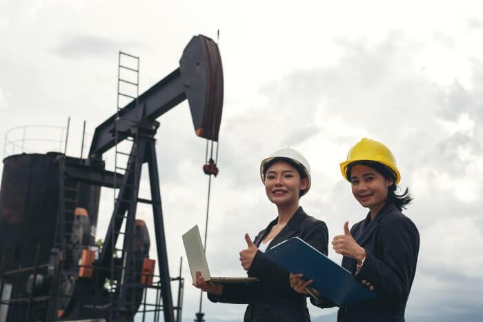 石油所で働く女性たち